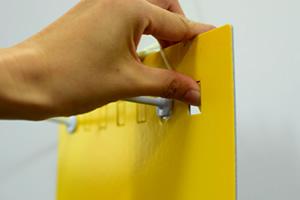 ハンガーボード用フックの取り付け位置を変えて様々な種類(大きさ)の商品をディスプレイ