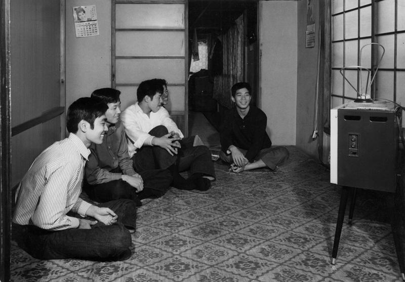 テレビをみて寛ぐ社員。「金の卵」と言われた若者がこの当時たくさん上京してきました。(社員寮にて)